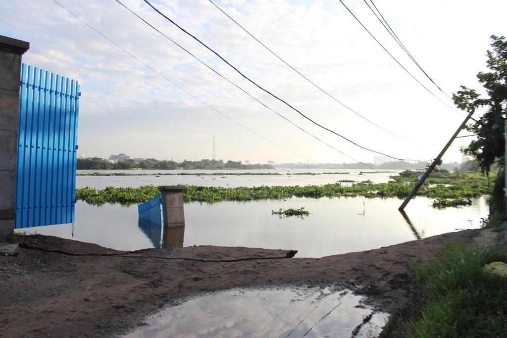 Một đoạn đường bị sông ănmất