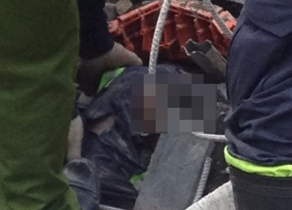 Một nạn nhân bị chôi vùi bên dưới khối bê tông