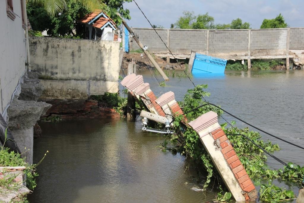 Những ngôi nhà đang đứng trước nguy cơ trôi theo dòng sông