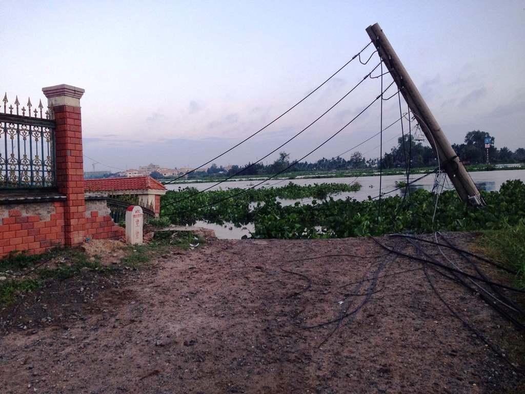 Đường dây điện đi qua đây bị nhấn chìm xuống sông khiến cả khu vực mất điện