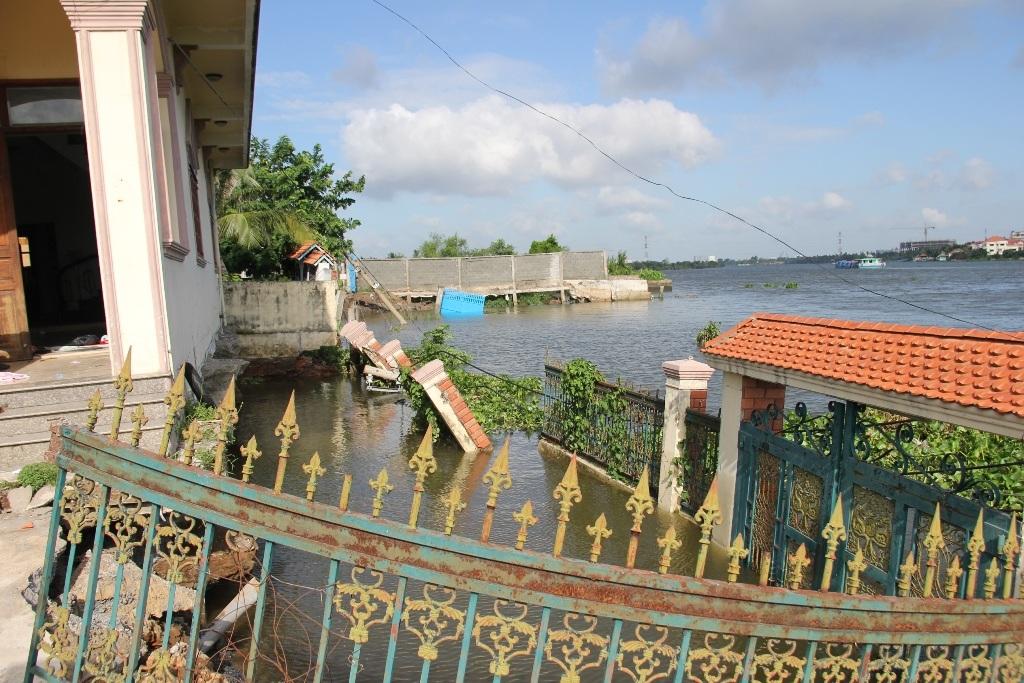 Phần tường nhà dân nằm trọn dưới sông.