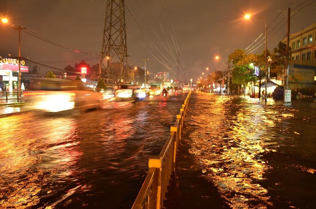 Nhiều tuyến đường ở TPHCM ngập nặng sau mưa lớn