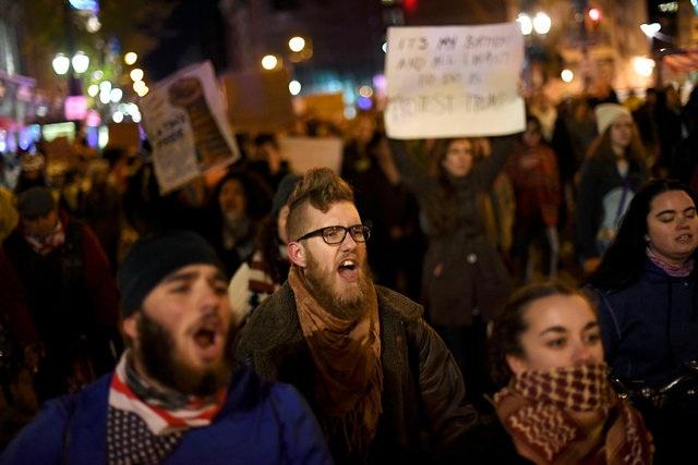 Guardian đưa tin, hàng nghìn người đã xuống đường biểu tình kể từ khi tỷ phú Trump đắc cử tổng thống hôm 8/11. Trong ảnh là cảnh người biểu tình trong đêm tại Philadelphia, Pennsylvania ngày 11/11. (Ảnh: Reuters)