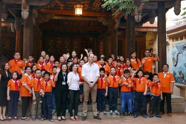 Hoàng tử William chụp ảnh lưu niệm cùng học sinh tiểu học Hồng Hà.