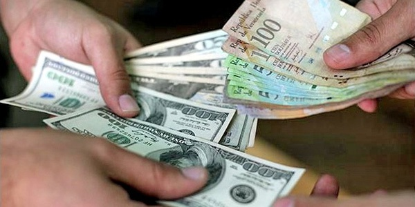 """Vào hôm 1/11, trên thị trường """"chợ đen"""", cứ 1.567 Bolivar đổi được 1 USD. Đến ngày 28/11, phải 3.480 Bolivar mới đổi được 1 USD - theo số liệu từ trang Dolartoday.com."""