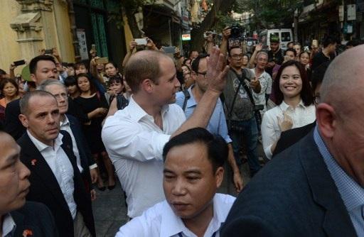 Công tước xứ Cambridge nhận được sự quan tâm của đông đảo người dân và khách du lịch khi Hoàng tử đi dạo trên phố. (Ảnh: AFP)
