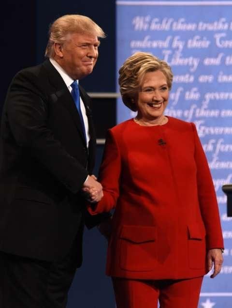 Clinton và Trump bắt tay trước khi bắt đầu tranh luận (Ảnh: AFP)