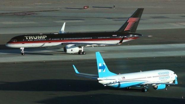 Máy bay của Trump và Clinton chạm mặt nhau tại sân bay Las Vegas (Ảnh: Reuters)