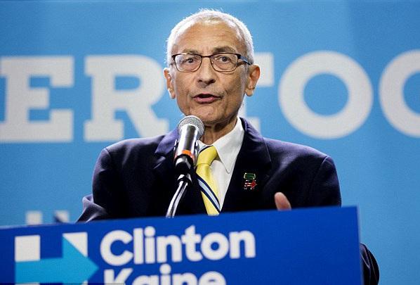 Ông John Podesta, 67 tuổi, hiện là chủ tịch chiến dịch tranh của của bà Clinton. Ông này từng là chánh văn phòng của cựu Tổng thống Bill Clinton và cố vấn cấp cao của Tổng thống Barack Obama trước khi chuyển sang làm việc cho bà Clinton. Tài khoản email cá nhân của ông này đã bị tin tặc tấn công, khiến nhiều email nhạy cảm bị WikiLeaks phát tán gần đây. (Ảnh: Reuters)