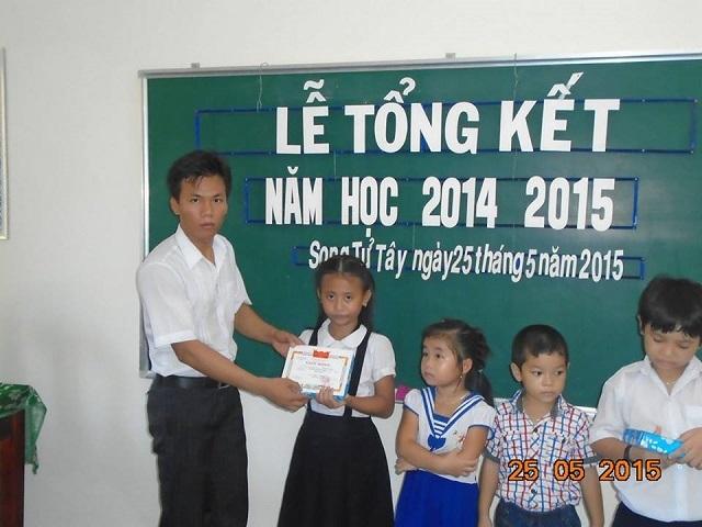 Thầy giáo Quyết và các học sinh ở đảo Song Tử Tây.