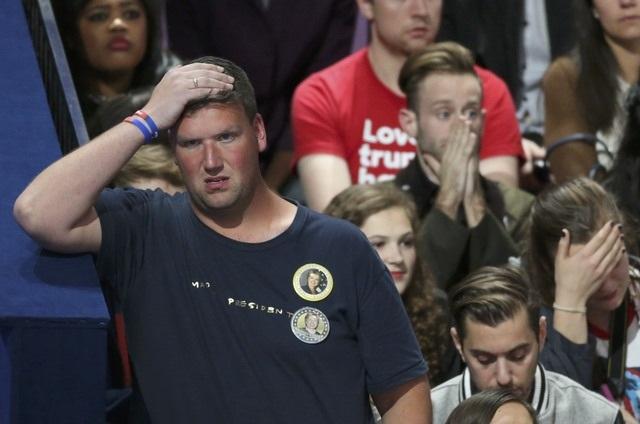 Trong khi đó, những người ủng hộ bà Clinton tỏ ra lo lắng (Ảnh: Reuters)