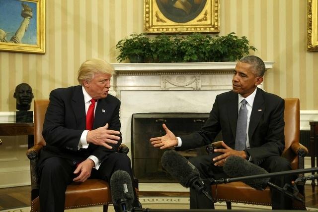 Tổng thống đắc cử Donald Trump bắt tay Tổng thống đương nhiệm Barack Obama tại phòng Bầu dục của Nhà Trắng.