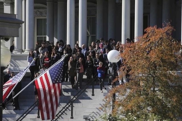 Một số người cũng tập trung bên ngoài Nhà Trắng với hi vọng có thể nhìn thấy Tổng thống đắc cử Trump.
