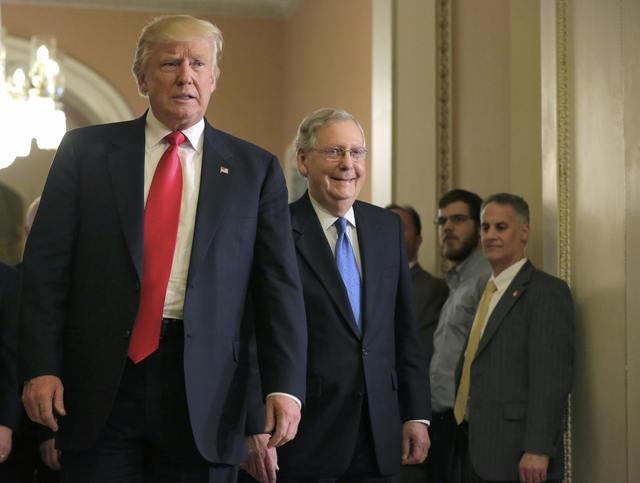 Tại Điện Capitol, ông Trump đã có cuộc gặp với Lãnh đạo khối đa số ở Thượng viện, Thượng nghị sĩ Mitch McConnell (phải).