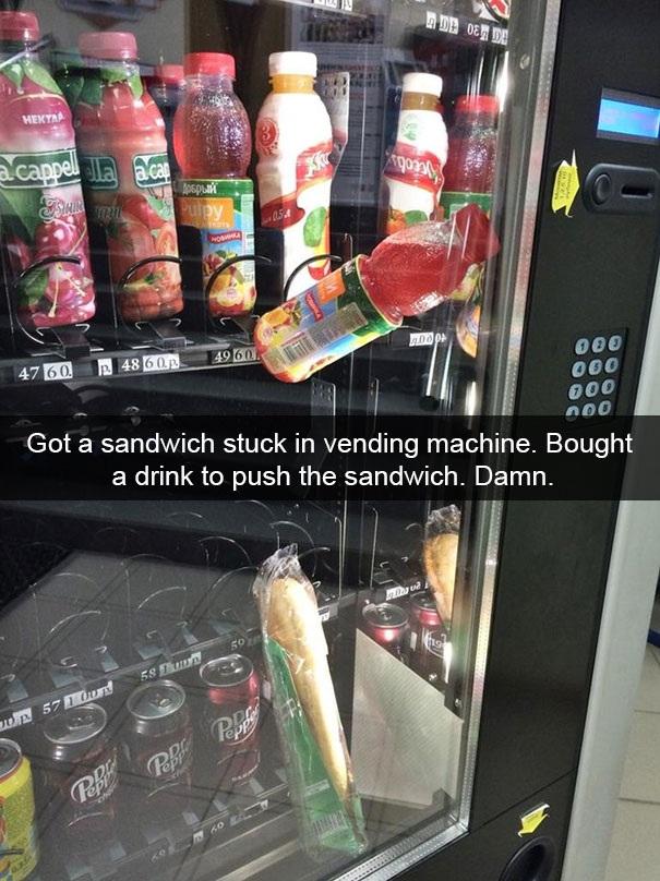 Tôi mua một chiếc bánh sandwich ở máy bán hàng tự động nhưng nó lại bị kẹt. Thế là tôi quyết định mua thêm một chai nước để nó đẩy chiếc bánh xuống và kết quả là…