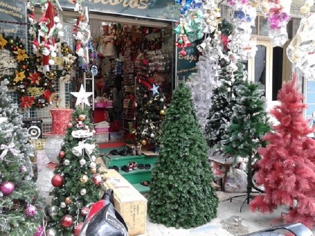 Một cửa hàng bán đồ Noel trên đường Nguyễn Chí Thanh với rất nhiều loại cây thông, đồ trang trí khác nhau