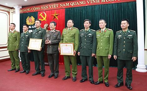Công an TP Hà Nội khen thưởng, tặng quà động viên Phòng Cảnh sát Truy nã tội phạm - Công an tỉnh Lạng Sơn và các đơn vị chức năng.
