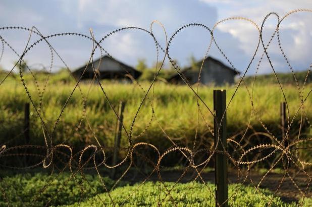 Trung tâm giam giữ tại Căn cứ hải quân vịnh Guantanamo của Mỹ ở Cuba từng là nơi giam giữ 770 tù nhân. Dưới thời Tổng thống George W. Bush, Mỹ đã chuyển hơn 500 tù nhân tới các nơi khác, và 162 tù nhân được chuyển tới các nước khác dưới thời Tổng thống Barack Obama.