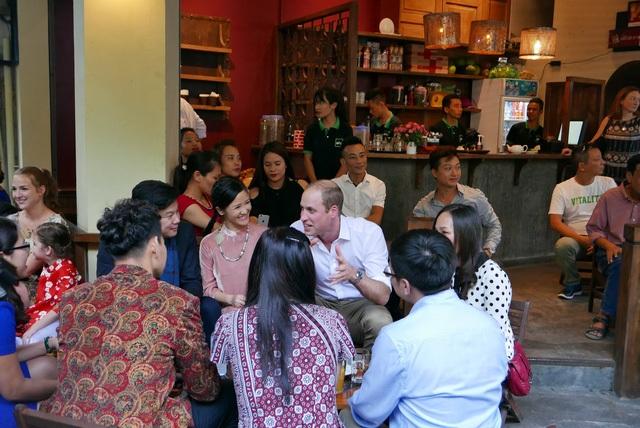 Hoàng tử cũng gặp gỡ một số nghệ sĩ nổi tiếng của Việt Nam như Hồng Nhung, Xuân Bắc, Thanh Bùi...