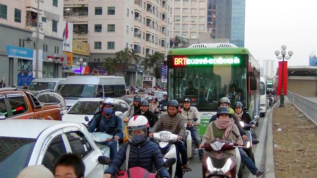 Hôm nay các phương tiện vẫn vô tư lấn làn đường dành riêng cho xe buýt nhanh dù đã có lệnh cấm của Sở GTVT Hà Nội