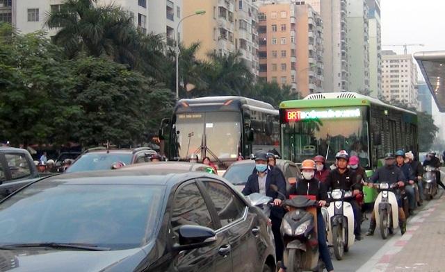 Ngày đầu xe buýt nhanh chạy thử vào giờ cao điểm khiến các tuyến đường ùn tắc kéo dài