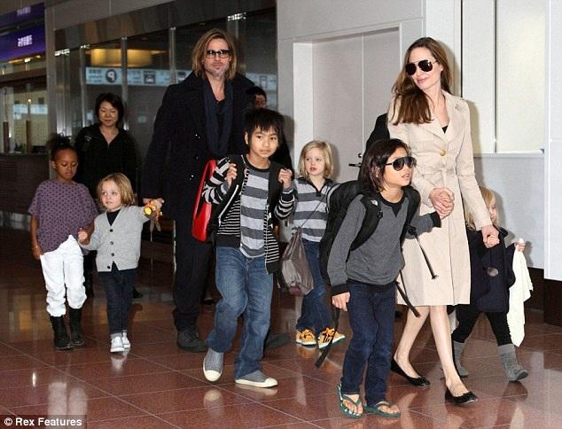 Angelina Jolie và Brad Pitt khi còn hạnh phúc bên các con.