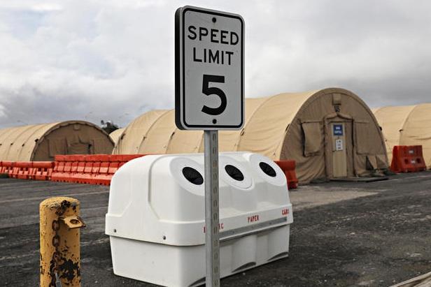 Một biển báo giới hạn tốc độ được đặt gần Trại Công lý, nơi các phiên tòa quân sự được mở đối với những người bị cáo buộc phạm tội khủng bố.