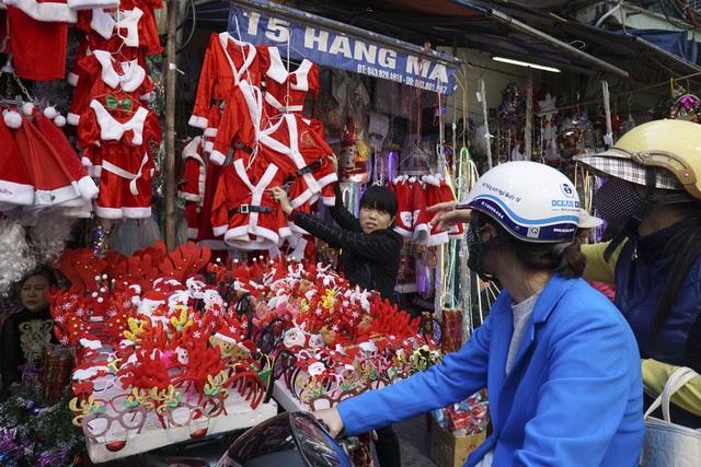 Một cửa hàng bán quần áo ông già Noel trên phố Hàng Mã. (Ảnh: Hữu Nghị)