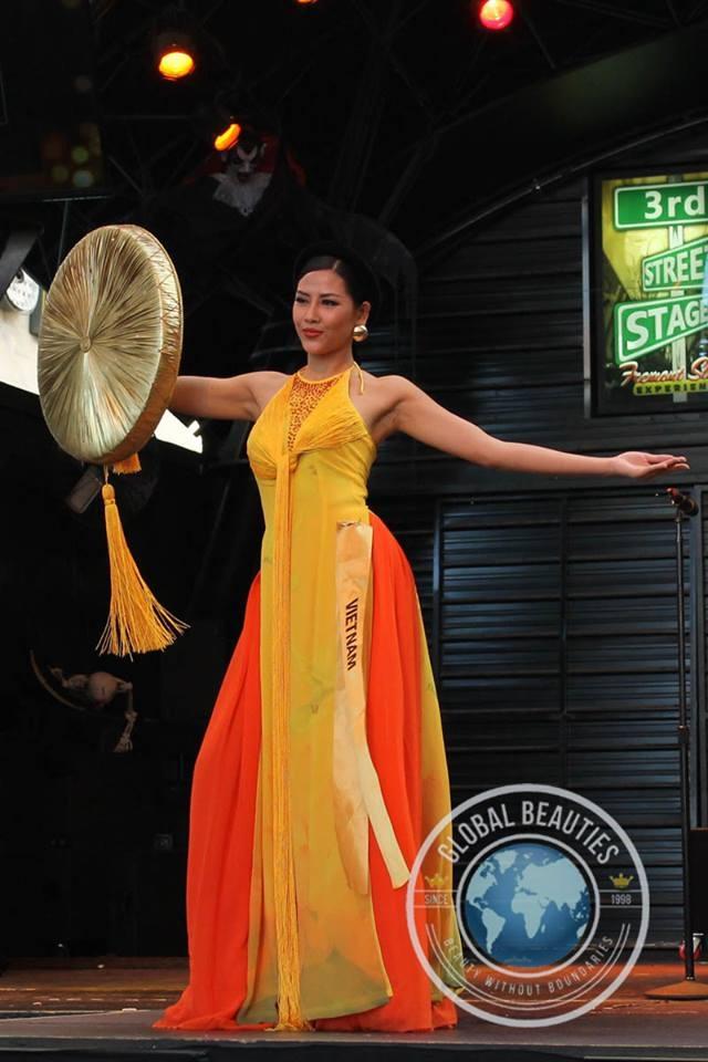 Nguyễn Thị Loan trong phần thi trình diễn trang phục truyền thống.