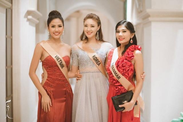 Nguyễn Thị Loan của Việt Nam (ngoài cùng bên trái) tham gia tiệc cùng thí sinh các nước của cuộc thi Hoa hậu hòa bình thế giới 2016, ngày 23/10.