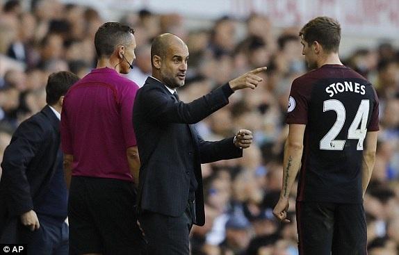Aguero chỉ đạo Stones thi đấu