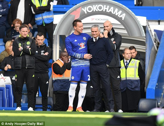 Mourinho (phải) và Terry nói chuyện vui vẻ trước giờ bóng lăn