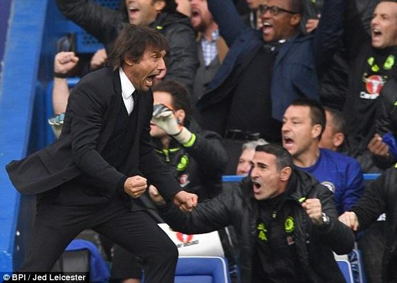 Conte ăn mừng sau khi Chelsea ghi bàn
