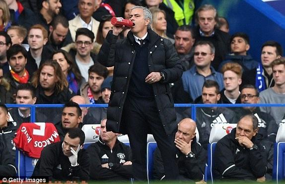 Mourinho bất lực đứng bên ngoài đường biên