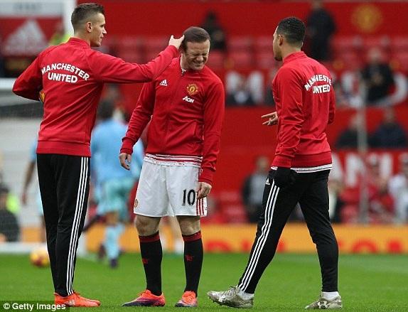 Schneiderlin trêu đùa Rooney khi cả hai khởi động ở Old Trafford