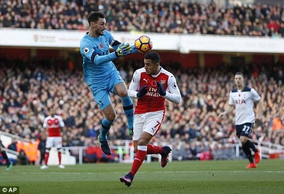 Lloris lao ra bắt bóng trước sự áp sát của Sanchez