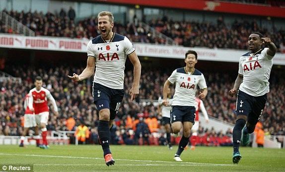 Kane ăn mừng sau khi đá phạt đền thành công