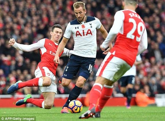 Koscielny (trái) ngăn cản pha đi bóng của Kane