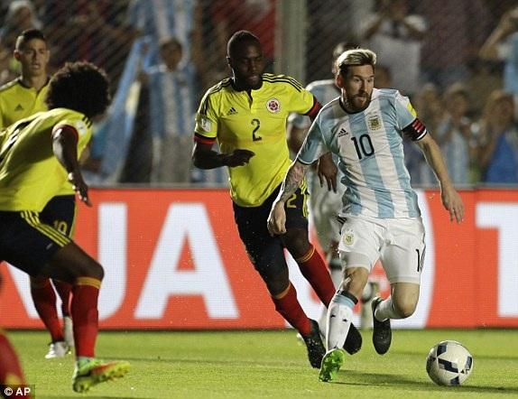 Messi mở tỷ số cho Argentina sau cú sút phạt đẹp mắt