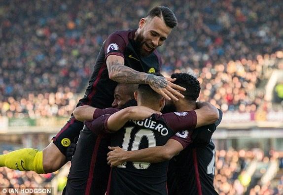 Aguero và các đồng đội ăn mừng bàn thắng vào lưới Burnley