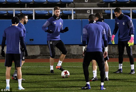 Các cầu thủ Real Madrid khởi động trước trận đấu
