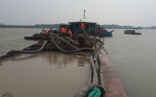 Lùm xum vụ tạm giữ 7 tàu khai thác cát của dân trên sông Mã - 3
