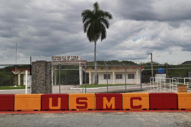Cổng phía đông bắc của căn cứ hải quân Guantanamo tại Cuba. Phía Cuba đã nhiều lần liên tiếng yêu cầu Mỹ trao trả căn cứ hải quân trên vịnh Guantanamo mà Mỹ thuê của Cuba.