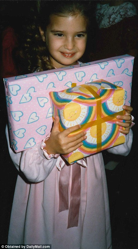Ivanka ôm những món quà trong một bức ảnh thời niên thiếu. Giờ cô đã là mẹ của 3 người con.