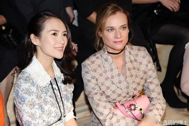 Chương Tử Di (trái) cũng có mặt tại Paris để tham dự một show diễn thời trang, ngày 5/10.