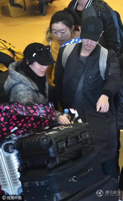 Chung Lệ Đề và chồng trẻ thu hút sự chú ý của truyền thông khi xuất hiện tại sân bay Bắc Kinh, ngày 10/1. Cả hai mặc rất giản dị nhưng vẫn khá nhiều người nhận ra họ.