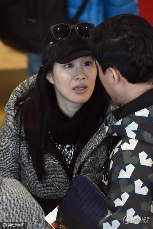 Dù đã ngoài tứ tuần và qua ba lần sinh nở nhưng Chung Lệ Đề vẫn sẵn sàng với lần mang thai này. Thông tin cô mang bầu được tiết lộ trong thời điểm cô tổ chức đám cưới với phi công trẻ Trương Luân Thạc.