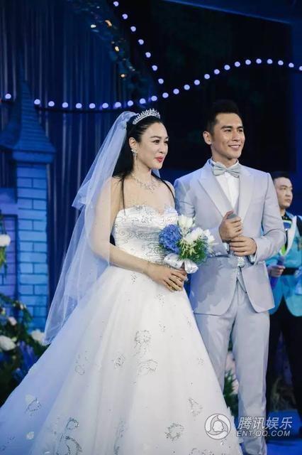 Bạn bè hi vọng Trương Luân Thạc sẽ là bến đỗ cuối cùng của người đẹp Chung Lệ Đề. Cô chia tay người chồng thứ hai vào năm 2013 sau gần 5 năm bên nhau và có hai mặt con. Có thông tin, chồng cũ của Chung Lệ Đề ngoại tình và điều này khiến hôn nhân của họ tan vỡ.