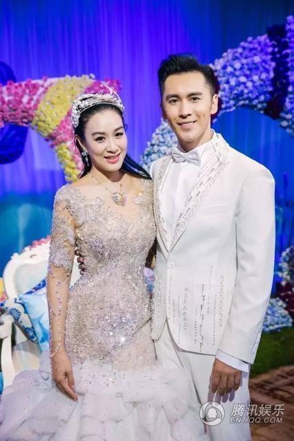 Cô dâu Chung Lệ Đề trẻ trung bên chú rể kém 12 tuổi.