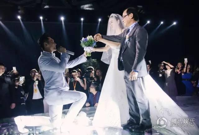 Chú rể quỳ gối trao nhẫn cho cô dâu Chung Lệ Đề
